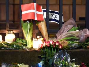 Israel's Flag and the danish Flag are placed after a terrorist attack on a synagogue in Copenhagen, Denmark, 15 February 2015. Danish police said that a man they shot dead in Copenhagen on Sunday 15th is believed to be the gunman behind two fatal shootings at an event promoting freedom of speech and on a synagogue. Photo: Britta Pedersen/dpaFoto: Britta Pedersen/dpa +++(c) dpa - Bildfunk+++