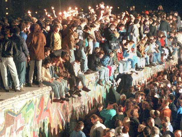 FRA03-19991105-BERLIN, FRANKFURT: A night to remember on November 11th 1989 as thousands of Berliners from ...