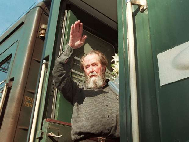 IMF20-19981210-VLADIVOSTOK, RUSSIAN FEDERATION: (FILES) Russian writer Alexander Solzhenitsyn waves as he ...