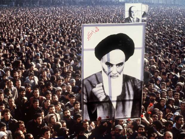 TO GO WITH AFP STORY BY PIERRE CELERIER (FILES) -- In a file picture taken in January 1979, Iranian ...