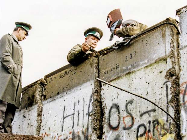 BERLIN FILE 1989-11-11 German border guards break up the Berlin Wall, November 11, 1989 in connection with ...