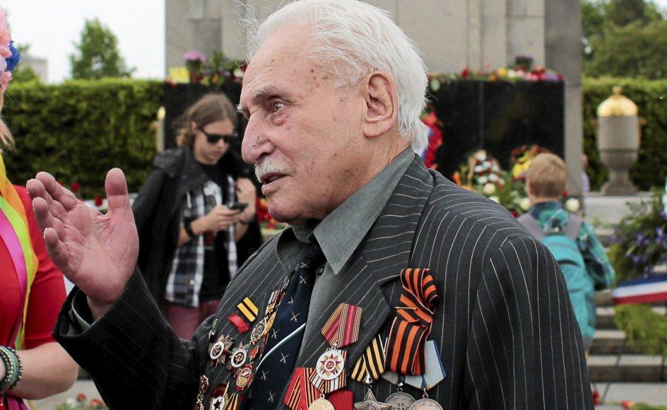 David Dushman oplevede nogle af verdenshistoriens mørkeste kapitler på helt tæt hold. Nu er han død i en alder af 98 år. På billedet deltager han i 2015 i en ceremoni ved det russiske krigsmindesmærke i berliner-bydelen Tiergarten på årsdagen for det nazistiske Tysklands overgivelse.