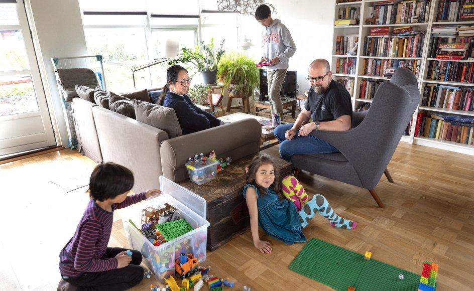Simon Gjerø og Fu Deng mødtes i 1997 i Chengdu i Kina, hvor Simon Gjerø var taget til for at studere og Fu Deng underviste. Nu bor de i Næstved med deres tre børn, Luka, Louis og Anna.