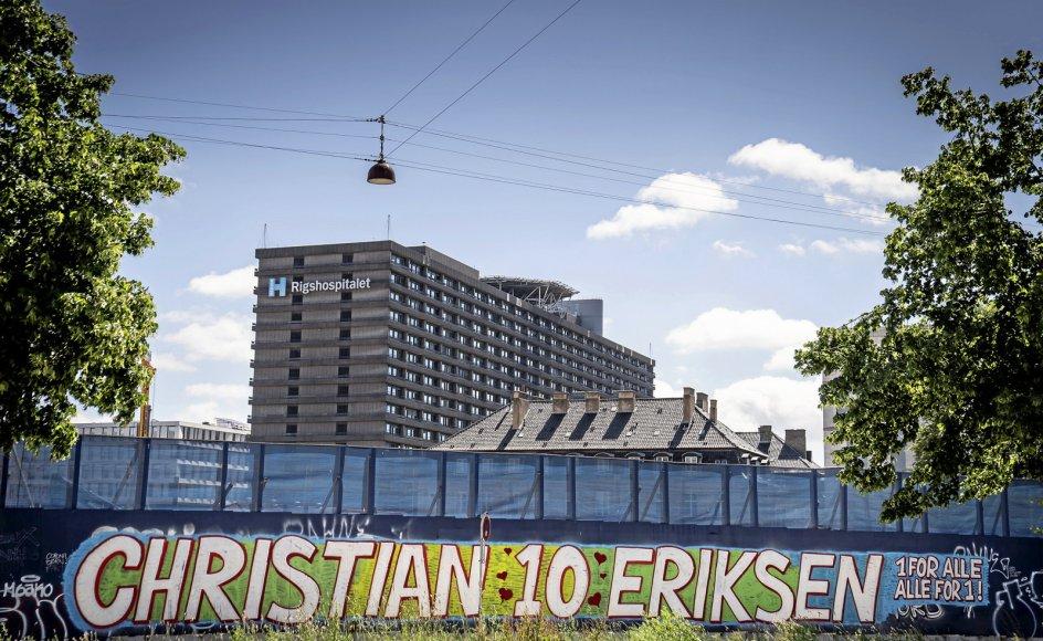 Fra ind- og udland er det strømmet ind med hilsner og ønsker om god bedring til Christian Eriksen. Her er det på en mur tæt på Rigshospitalet i København, hvor den 29-årige fodboldspiller stadig er indlagt.